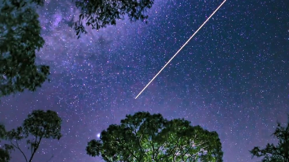 A shooting star caught on camera in spectacular sky over Australia.