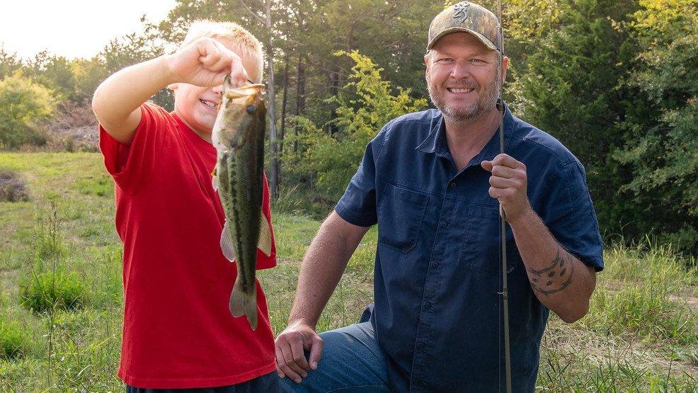 blake-shelton-fishing